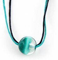 Halskette mit grüner Perle, in Organzabeutel